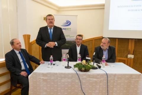 Molnár Tibor (b) a Dészolg Kft. ügyvezetője, dr. Galambos Dénes, Ferencz Kornél és dr. Dorkota Lajos a rendezvényen Fotós: Ady Géza